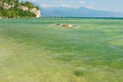 Sirmione Brescia, Italien, Maj 25, 2014: Sunbath på Garda sjön, Sirmione, Brescia, Italien Arkivbilder
