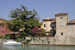 Sirmione, casa con el árbol del oleander, Italia Fotografía de archivo libre de regalías