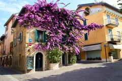 Sirmione hus i den gamla delen av staden med bougainvilleaglabra Arkivfoton
