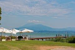 Sirmione, Italien am 17. August 2018: See Garda Kaffee auf dem Strand und dem Tauchensklumpen lizenzfreie stockfotos