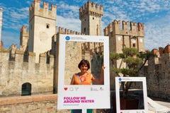 Sirmione Italien 17 Augusti 2018: Sjö Garda Photozone nära väggarna av den gamla staden royaltyfri foto