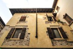 Sirmione Italien - oktober 2017: stad av Sirmione, färgrik gatasikt, turist- destination i den Lombardy regionen av Italien di ga royaltyfria bilder