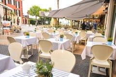 Sirmione Italien - oktober 2017: stad av Sirmione, färgrik gatasikt, turist- destination i den Lombardy regionen av Italien di ga arkivbild