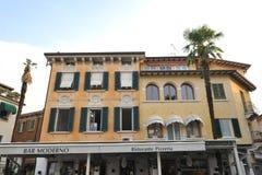 Sirmione Italien - oktober 2017: stad av Sirmione, färgrik gatasikt, turist- destination i den Lombardy regionen av Italien di ga royaltyfri foto