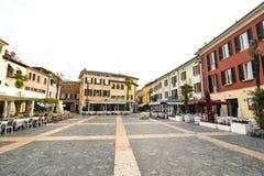 Sirmione Italien - oktober 2017: stad av Sirmione, färgrik gatasikt, turist- destination i den Lombardy regionen av Italien di ga royaltyfria foton