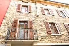 Sirmione Italien - oktober 2017: stad av Sirmione, färgrik gatasikt, turist- destination i den Lombardy regionen av Italien di ga arkivfoton