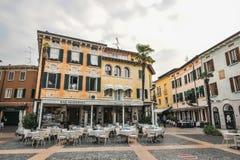 Sirmione Italien - oktober 2017: stad av Sirmione, färgrik gatasikt, turist- destination i den Lombardy regionen av Italien di ga royaltyfri bild