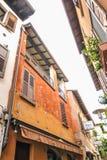 Sirmione, Italien - Oktober 2017: Stadt von Sirmione, bunte Straßenansicht, touristischer Bestimmungsort in Lombardei-Region von  Stockbilder