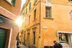 Sirmione, Italien - Oktober 2017: Stadt von Sirmione, bunte Straßenansicht, touristischer Bestimmungsort in Lombardei-Region von  Stockfoto