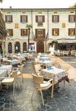 Sirmione, Italien - Oktober 2017: Stadt von Sirmione, bunte Straßenansicht, touristischer Bestimmungsort in Lombardei-Region von  Stockbild