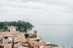 Sirmione panoramische Ansicht Panoramische Vogelperspektive auf historischer Stadt Sirmione auf Halbinsel im Garda See, Lombardei stockfotografie