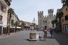 Sirmione piazza Castello arkivbild