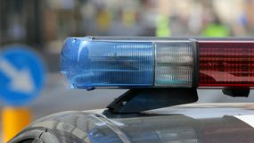 Sirènes de clignotant de voiture de police pendant le barrage de route dans la ville Images stock