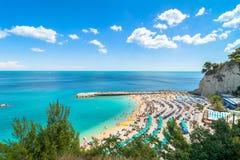 Sirolo strand i den Conero nationalparken, Italien Arkivbilder