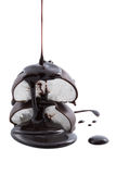 Sirop de chocolat étant plu à torrents sur des guimauves Photos libres de droits