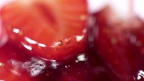 Sirop de dessert de confiserie de fraise faisant le versement sur la cuillère banque de vidéos