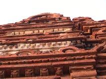 Sirpur, Chhattisgarh, India - Januari 9, Oud unglazed de baksteenbeeldhouwwerk van 2009 op tempel Stock Afbeelding