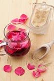 Sirup mit den rosafarbenen Blumenblättern lizenzfreie stockfotos