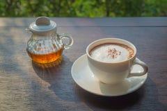 Sirup und Kaffee auf einer hölzernen Tabelle mit einem natürlichen Hintergrund stockfotos