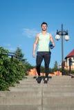 Sirva al atleta en chándal con la estera de la yoga del gimnasio que va abajo Imagen de archivo libre de regalías
