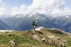 Sirva al backpacker del viajero con el perseguidor del navegador de GPS que busca c fotografía de archivo libre de regalías