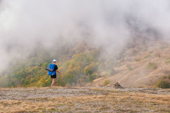 Sirva al backpacker que camina en las montañas del otoño que miran paisaje hermoso Imagenes de archivo