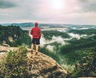 Sirva al caminante con ropa del senderismo en un top Naturaleza de la caída fotos de archivo libres de regalías
