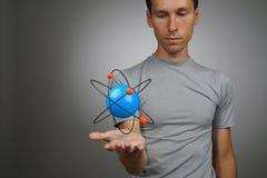 Sirva al científico con el modelo del átomo, concepto de la investigación foto de archivo