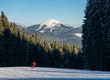 Sirva al esquiador que esquía cuesta abajo en la estación de esquí contra la naturaleza poderosa Fotos de archivo