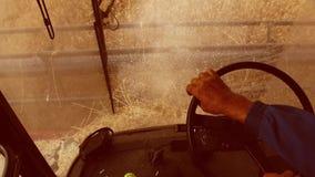 Sirva al granjero que conduce cosecha mecanizada en el campo con la opinión de las manos del trigo de la primera persona agricult almacen de metraje de vídeo