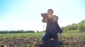 Sirva al granjero que trabaja las manos campesinas que sostienen el suelo fresco vídeo de la cámara lenta la suciedad de tierra d metrajes