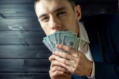 Sirva al hombre de negocios en un traje con la cuenta cerrada de la boca Imagen de archivo libre de regalías