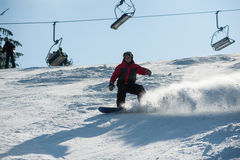 Sirva al huésped que monta cuesta abajo en la estación de esquí contra el funicular Imagenes de archivo