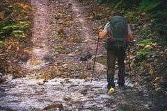 Sirva al viajero con la mochila que camina forma de vida al aire libre del viaje fotografía de archivo
