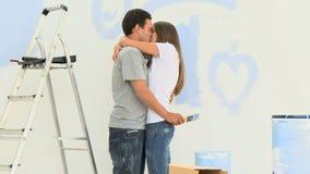 Sirva besar y el abrazo de su girlgriend durante una renovación metrajes