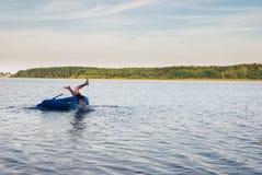 Sirva caer del barco de goma al agua del lago Paisaje de la naturaleza Fotografía de archivo libre de regalías