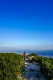 Sirva caminar adelante en una trayectoria del turista de la montaña imagen de archivo