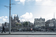 Sirva caminar en las calles del amesterdam con las bicicletas Fotografía de archivo libre de regalías