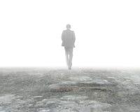Sirva caminar en niebla en piso concreto sucio Imagen de archivo