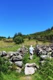 Sirva caminar en área emparedada piedra seca del sendero Imagenes de archivo