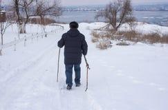 Sirva caminar en un camino nevoso abajo al río congelado de Dnipro en Ucrania Fotos de archivo libres de regalías