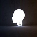Sirva caminar en una abertura con forma de cabeza en una pared libre illustration