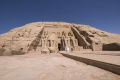 Sirva caminar hacia la entrada del gran templo de Ramses II en Abu Simbel, Egipto fotos de archivo libres de regalías