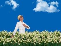 Sirva caminar libremente a través de un campo de flores Fotografía de archivo libre de regalías