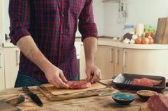 Sirva cocinar el filete de carne de vaca asado a la parrilla en la cocina casera Imagenes de archivo