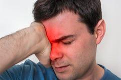 Sirva con dolor de ojos se está sosteniendo el ojo de dolor Imagen de archivo libre de regalías