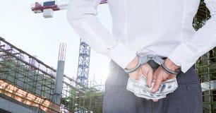 Sirva con las esposas que sostienen billetes de banco del dólar Fotografía de archivo