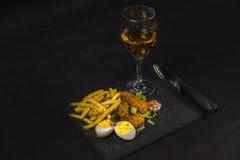 Sirva consistir en la pechuga de pollo empanada, patatas fritas en el hielo l Foto de archivo libre de regalías