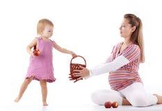 Sirva de madre a jugar con su hija Foto de archivo