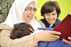 Sirva de madre a los musulmanes y a su hijo en la naturaleza Fotografía de archivo libre de regalías